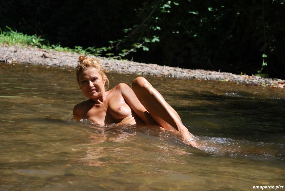Frauen nackt im wasser