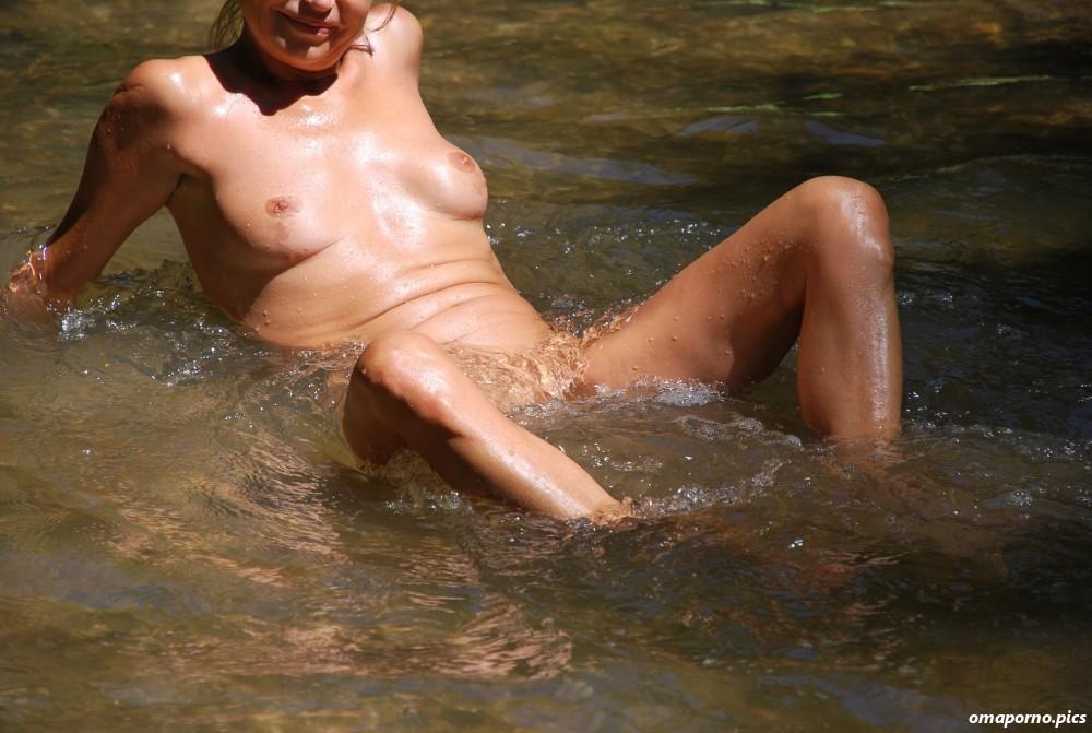 frau nackt schwimmen