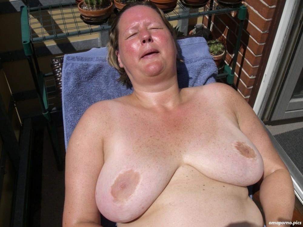 Omas brüste nackt