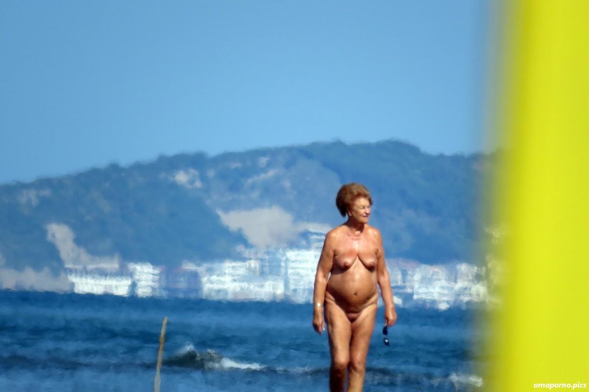 Nackt oma strand Kostenloses nackte