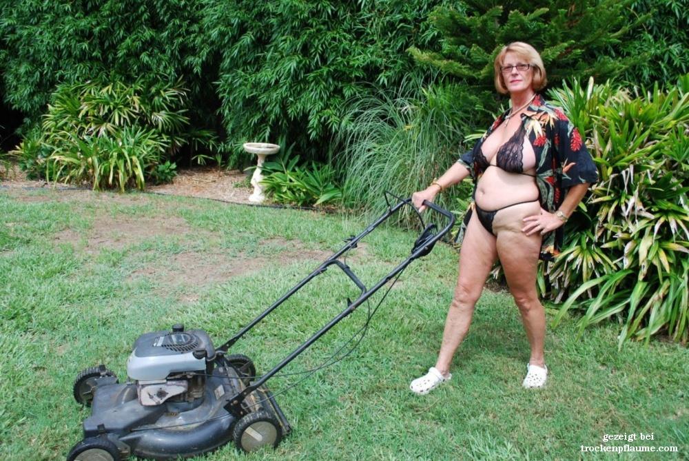 Rasenmähen nackt Hübsches Mädchen