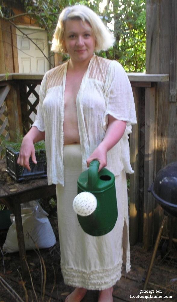 Garten oma nackt im Blonde Oma