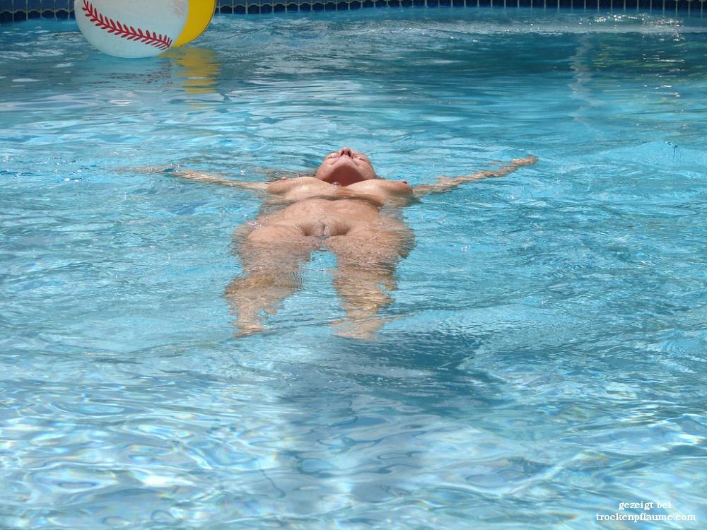 Nackte Frau Im Pool