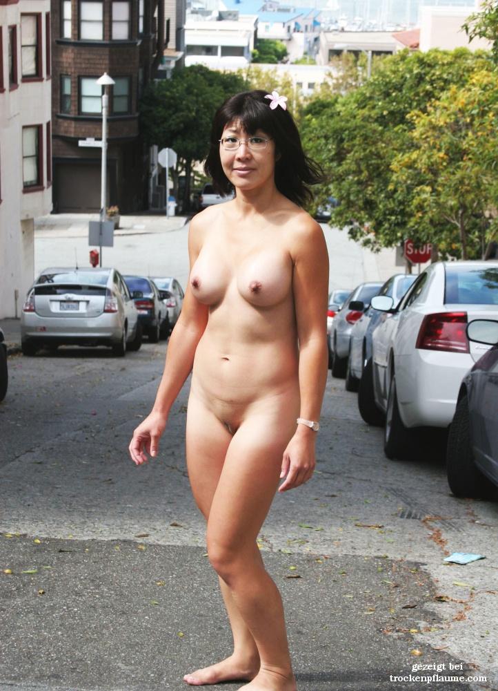 Straße nackte frauen auf der Nackt in